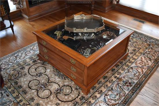 THOMASVILLE COFFEE TABLE W/DISPLAY/STORAGE ACCENT*HOME FURNISHINGS/DEC